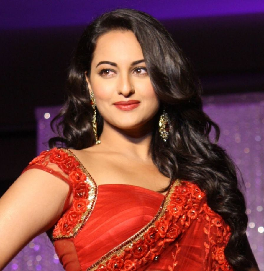 Sonakshi-sinha-photo-30-HD-Collection-cute-smile-Sonakshi-Sinha-hd-photo-red-sarre