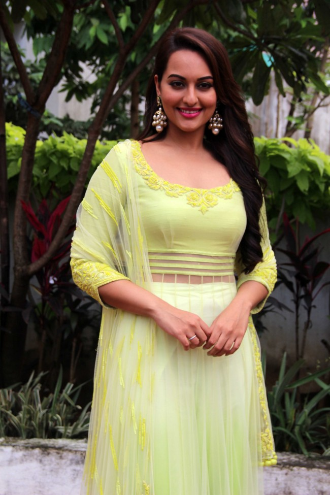 Sonakshi-sinha-photo-30-HD-Collection-sonakshi-sinha-at-star-plus-diwali-tv-show-event-pictures-image