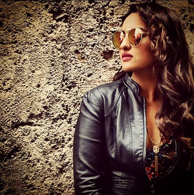 Sonakshi-sinha-photo-30-HD-Collection-with-sun-glass