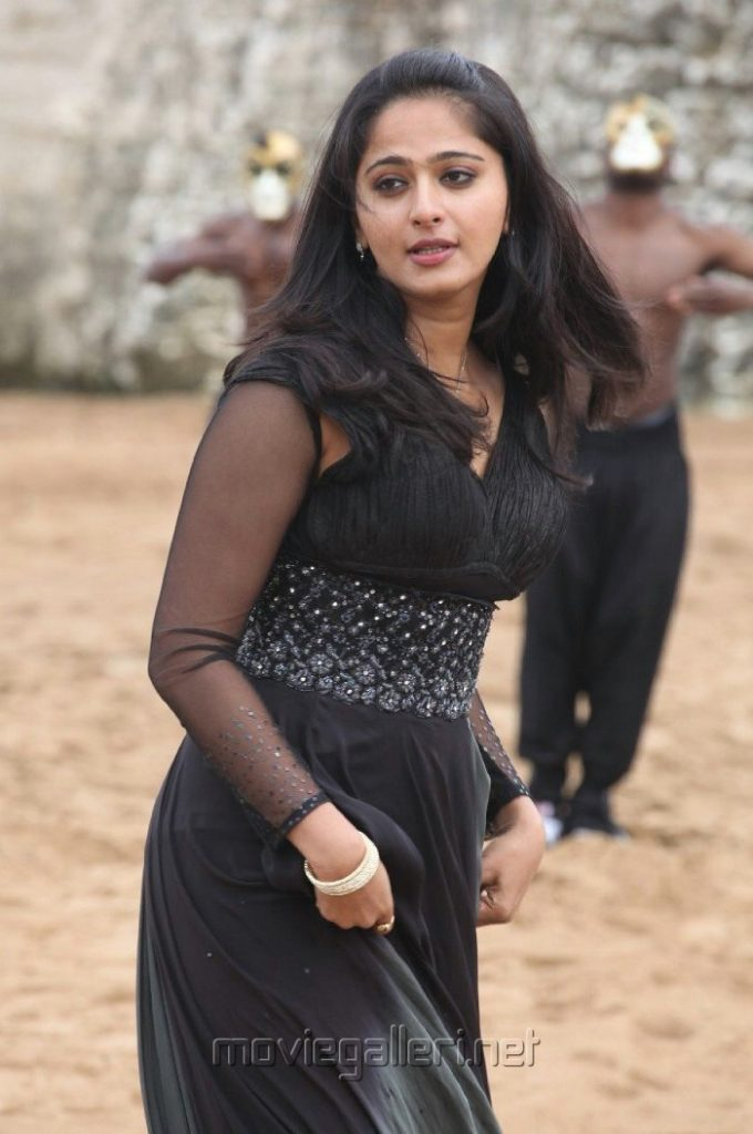 anushka-images-20-HD-Collections-thandavam_latest_stills_vikram_anushka-680x1024